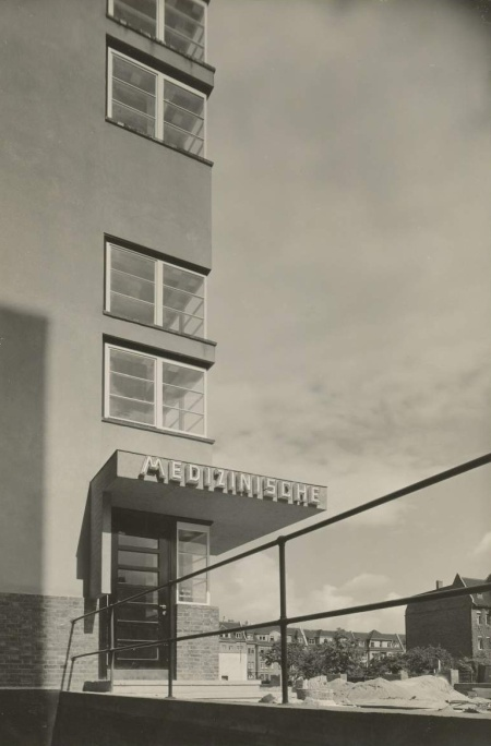 Maximilian Worm and Carl Krayl, Badeanstalt der allgemeinen Ortskrankenkasse, Magdeburg, 1926-1927, photograph by Rudolf Hatzold
